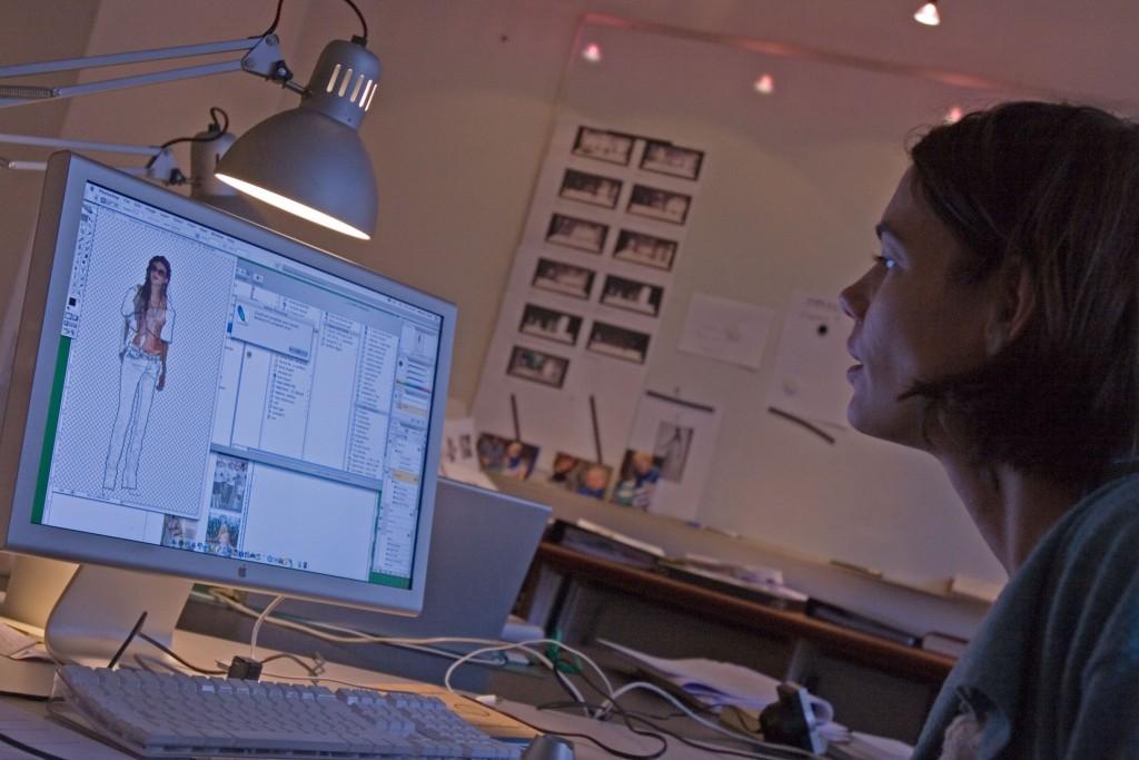 Scenografen Marie í Dali i gang med at skabe kostumeskitser til Mozarts Figaros bryllup på sin computer.