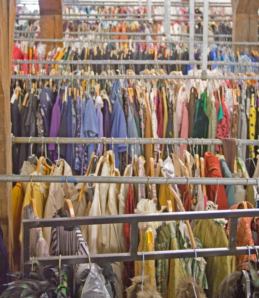 Det er bare at vælge; på Det Kongelige Teaters kostumelager hænger omkring 80.000 kostumer på meterlange stativer i endeløse rækker. Et sandt paradis for ethvert møl med appetit på livet – men dem bliver der holdt skarpt øje med.