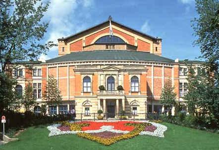 Richard Wagner opnår at se sin vision om et operahus, kun bygget til hans egne værker, realiseret i byen Bayreuth. Her bliver hans gigantiske Nibelungens ring – fire operaer med en samlet spilletid på over 15 timer – uropført i 1876.