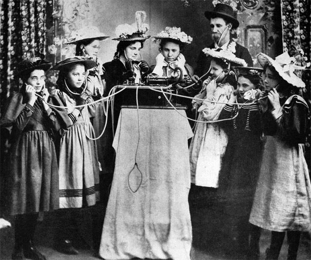 Edisons stand ved verdensudstillingen i Paris i sommeren 1889, hvor Gottfried Ruben sandsynligvis oplevede den nye fonograf for første gang.